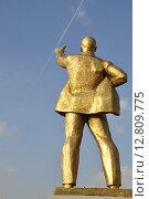 Купить «Задонск. Позолоченный памятник В.И.Ленину и инверсионный след от самолёта в безоблачном небе над ним», фото № 12809775, снято 5 сентября 2015 г. (c) Владимир Кошарев / Фотобанк Лори