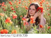 Купить «Девушка в белом платье в маковом поле», фото № 12819739, снято 29 мая 2014 г. (c) Марина Володько / Фотобанк Лори