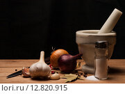 Специи, пряности и кухонный инструмент на деревянном столе. Стоковое фото, фотограф Владимир Лукин / Фотобанк Лори