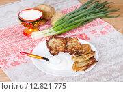 Купить «Картофельные оладьи со сметаной», фото № 12821775, снято 1 мая 2015 г. (c) Ален Лагута / Фотобанк Лори