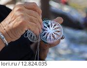 Купить «Руки кружевницы за работой», фото № 12824035, снято 18 сентября 2015 г. (c) Виктория Катьянова / Фотобанк Лори