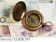 Старинный бронзовый компас на фоне китайских юаней. Стоковое фото, фотограф Анна Зеленская / Фотобанк Лори