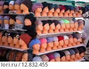 Множество манекенов с женскими шапочками (2014 год). Редакционное фото, фотограф Юрий Губин / Фотобанк Лори