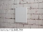Белый квадратный холст, натянутый на подрамник, висящий на кирпичной стене. Стоковое фото, фотограф Алексей Горбунов / Фотобанк Лори