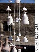 Декоративные глиняные колокольчики. Стоковое фото, фотограф Максим Сиротинин / Фотобанк Лори