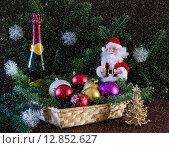 Новогодняя открытка с шампанским,дедом Морозом и ёлочными игрушками (2013 год). Редакционное фото, фотограф Ольга Данилова / Фотобанк Лори