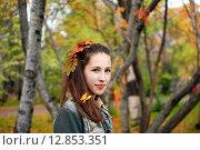 Купить «Девочка с осенними листочками в волосах», фото № 12853351, снято 20 сентября 2015 г. (c) Ирина Здаронок / Фотобанк Лори