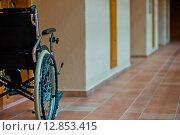 Пустая инвалидная коляска в коридоре. Стоковое фото, фотограф Константин Лабунский / Фотобанк Лори