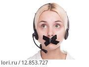 Девушка в наушниках с телефонной гарнитурой и заклеенным ртом смотрит вверх. Стоковое фото, фотограф Иван Траймак / Фотобанк Лори