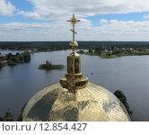Купить «Золотой купол церкви над видом озера Селигер», фото № 12854427, снято 3 апреля 2013 г. (c) Елена Мусатова / Фотобанк Лори
