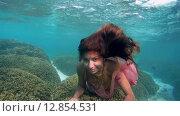 Купить «Молодая красивая девушка позирует под водой в ярком платье над коралловом рифом, Мальдивские острова», видеоролик № 12854531, снято 11 октября 2015 г. (c) Некрасов Андрей / Фотобанк Лори