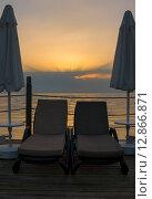 Шезлонги и зонты на фоне заката. Стоковое фото, фотограф Елена Уткина / Фотобанк Лори