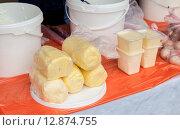 Купить «Продажа сметаны и сливочного масла на сельскохозяйственном рынке», фото № 12874755, снято 15 декабря 2018 г. (c) FotograFF / Фотобанк Лори