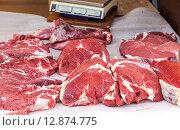 Купить «Свежее мясо готово к продаже на местном фермерском рынке», фото № 12874775, снято 12 сентября 2019 г. (c) FotograFF / Фотобанк Лори