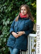 Купить «Красивая женщина стоит возле веранды загородного дома», эксклюзивное фото № 12876327, снято 1 октября 2015 г. (c) Игорь Низов / Фотобанк Лори