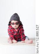 Купить «Веселый малыш в студии на белом фоне», фото № 12880527, снято 19 ноября 2018 г. (c) Efanov Aleksey / Фотобанк Лори