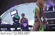 Купить «Блондинка танцует на сцене», видеоролик № 12882087, снято 13 октября 2015 г. (c) Александр Багно / Фотобанк Лори