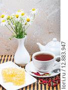 Купить «Отвар из шиповника и мёд в сотах», фото № 12883947, снято 6 октября 2015 г. (c) Алёшина Оксана / Фотобанк Лори