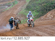 Купить «Мотоциклист застрял на подъеме», фото № 12885927, снято 10 октября 2015 г. (c) Pukhov K / Фотобанк Лори