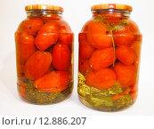 Купить «Консервированные помидоры в банке», фото № 12886207, снято 16 октября 2015 г. (c) Алексей Ларионов / Фотобанк Лори