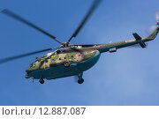 Российский военный многоцелевой вертолёт ВМФ России Миль Ми-8МТ летит высоко в небе (2015 год). Редакционное фото, фотограф Николай Винокуров / Фотобанк Лори