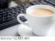 Купить «Кофе на компьютерном столе», фото № 12887451, снято 9 октября 2015 г. (c) Алёшина Оксана / Фотобанк Лори