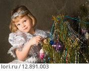 Маленькая девочка в наряде снегурочки и с диадемой на голове стоит около новогодней елки. Стоковое фото, фотограф Светлана Кузнецова / Фотобанк Лори
