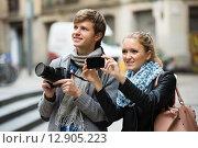 Купить «Tourists making photo at streets», фото № 12905223, снято 15 декабря 2017 г. (c) Яков Филимонов / Фотобанк Лори
