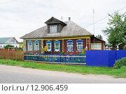 Купить «Жилой дом с мезонином на окраине Углича», эксклюзивное фото № 12906459, снято 7 августа 2015 г. (c) Алёшина Оксана / Фотобанк Лори