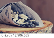 Белые и черные семечки в кулечке из газеты. Стоковое фото, фотограф Svetlana Agaeva / Фотобанк Лори