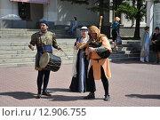 Музыканты эпохи возрождения на улицах Новосибирска (2015 год). Редакционное фото, фотограф Вячеслав Варбасевич / Фотобанк Лори
