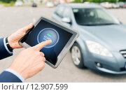 Купить «close up of hands with car starter on tablet pc», фото № 12907599, снято 17 июля 2015 г. (c) Syda Productions / Фотобанк Лори