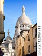 Купить «Монмартр, узкая улица с видом на базилику Сакре-Кер, Париж, Франция», фото № 12909711, снято 14 марта 2012 г. (c) Куликов Константин / Фотобанк Лори