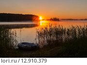 Купить «Резиновая лодка лежит на берегу озера Селигер при рассветном солнце», эксклюзивное фото № 12910379, снято 29 июня 2015 г. (c) Игорь Низов / Фотобанк Лори