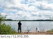Купить «Рыбак ловит рыбу на берегу озера Селигер летним днём», эксклюзивное фото № 12910395, снято 7 июля 2015 г. (c) Игорь Низов / Фотобанк Лори