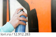 Купить «close up of hand drawing graffiti with spray paint», фото № 12912283, снято 19 марта 2015 г. (c) Syda Productions / Фотобанк Лори