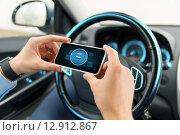 Купить «hands with start engine icon on smartphone in car», фото № 12912867, снято 17 июля 2015 г. (c) Syda Productions / Фотобанк Лори