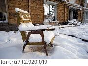 Купить «Старое кресло, покрытые снегом в разрушенном доме», фото № 12920019, снято 15 октября 2015 г. (c) Алексей Маринченко / Фотобанк Лори