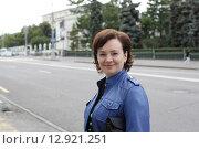 Купить «Москва, женщина средних лет на Волхонке», эксклюзивное фото № 12921251, снято 12 июля 2015 г. (c) Дмитрий Неумоин / Фотобанк Лори