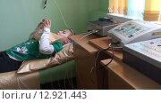 Физиотерапевтический кабинет в детском поликлинике. Девочка на процедуре электрофореза. (2015 год). Редакционное видео, видеограф Кекяляйнен Андрей / Фотобанк Лори