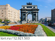 Купить «Город Москва. Клумба на фоне Триумфальной арки», фото № 12921503, снято 5 октября 2015 г. (c) Зобков Георгий / Фотобанк Лори