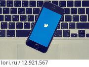 Купить «IPhone с иконкой Твиттера на клавиатуре Macbook», фото № 12921567, снято 20 октября 2015 г. (c) Вдовиченко Денис / Фотобанк Лори