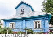 Купить «Жилой дом с мезонином в Мышкине», эксклюзивное фото № 12922203, снято 7 августа 2015 г. (c) Алёшина Оксана / Фотобанк Лори