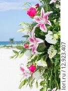 Букет лилий на фоне морского пляжа. Стоковое фото, фотограф Anya Stogova / Фотобанк Лори