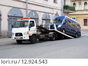 Погрузка микроавтобуса на эвакуатор (2015 год). Редакционное фото, фотограф Александр Щепин / Фотобанк Лори