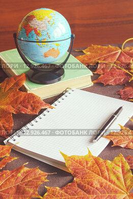 Купить «Осенний натюрморт с кленовыми листьями, глобусом и блокнотом на столе», фото № 12926467, снято 21 апреля 2019 г. (c) Зезелина Марина / Фотобанк Лори