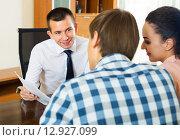 Family and banking agent discussing, фото № 12927099, снято 24 марта 2017 г. (c) Яков Филимонов / Фотобанк Лори