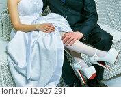 Жених прикасается к ноге невесты. Стоковое фото, фотограф Петрова Инна / Фотобанк Лори