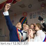 Купить «Селфи выпускников - старшеклассников», фото № 12927331, снято 23 мая 2015 г. (c) Вячеслав Палес / Фотобанк Лори