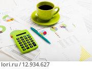 Купить «Деловой отчет. Чашка кофе на документах. Бухгалтерский учет», фото № 12934627, снято 17 апреля 2015 г. (c) Валерия Потапова / Фотобанк Лори